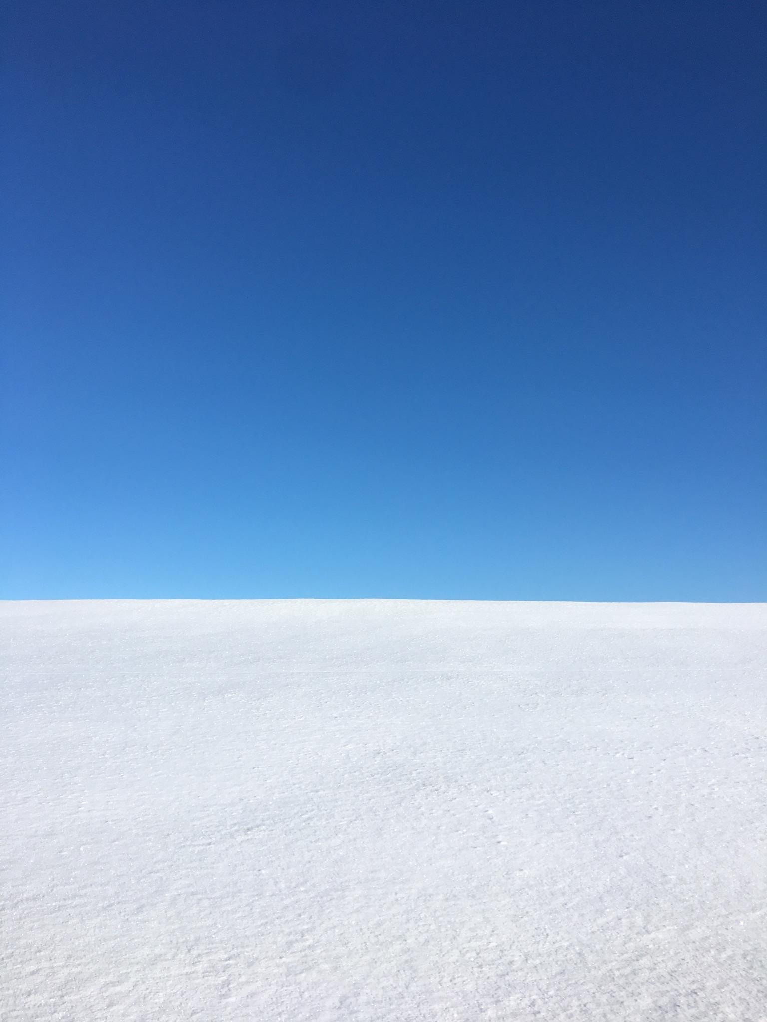 Der verschneite Deich vor dem klaren blauen Winterhimmel erinnert mich an Bilder von Mark Rothko...